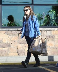 Natalie Portman - shops for groceries at Gelson's in Los Feliz 1/18/13