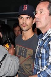 Taylor Lautner - Imagenes/Videos de Paparazzi / Estudio/ Eventos etc. - Página 38 95ba0d232811357