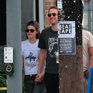Robsten - Imagenes/Videos de Paparazzi / Estudio/ Eventos etc. - Página 10 90b092247312828