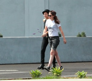 Robsten - Imagenes/Videos de Paparazzi / Estudio/ Eventos etc. - Página 10 C2099b247313058