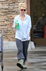 Britney Spears - Grocery shopping in Thousand Oaks 5/6/13