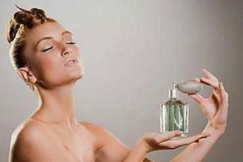 Memakai parfum - Ist