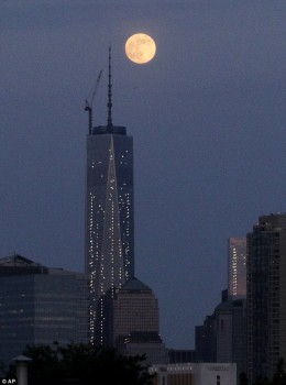 Supermoon di atas WTC