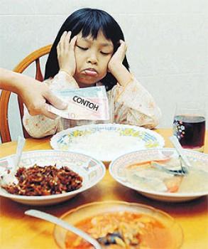 Anak makan sahur - Ist