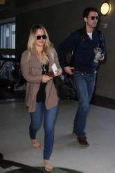 11c7a8291665422 [Ultra HQ] Kaley Cuoco   at LAX Airport 11/27/13 high resolution candids