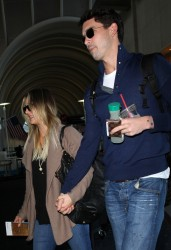 56e375291665328 [Ultra HQ] Kaley Cuoco   at LAX Airport 11/27/13 high resolution candids