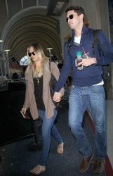 8a8435291665225 [Ultra HQ] Kaley Cuoco   at LAX Airport 11/27/13 high resolution candids