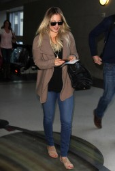 a30334291665585 [Ultra HQ] Kaley Cuoco   at LAX Airport 11/27/13 high resolution candids