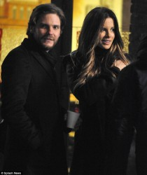 cbb42a291794112 [Low Quality] Kate Beckinsale   on the set of The Face of an Angel in Italy 11/28/13 high resolution candids