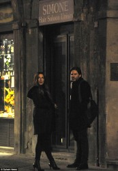 f04a5a291794141 [Low Quality] Kate Beckinsale   on the set of The Face of an Angel in Italy 11/28/13 high resolution candids