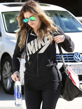 Khloe Kardashian - Leaves Her Gym x 4